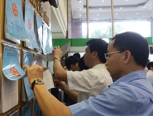 Người dân xem thủ tục hành chính được niêm yết công khaitại Trung tâm hành chính công tỉnh Quảng Ninh. (Ảnh: TH)