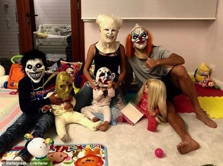 Cả nhà C.Ronaldo vui mừng đón lễ Halloween