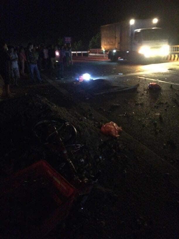 Hà Nội: Ô tô Mazda đấu đầu xe máy, 1 người tử vong - Ảnh 2.