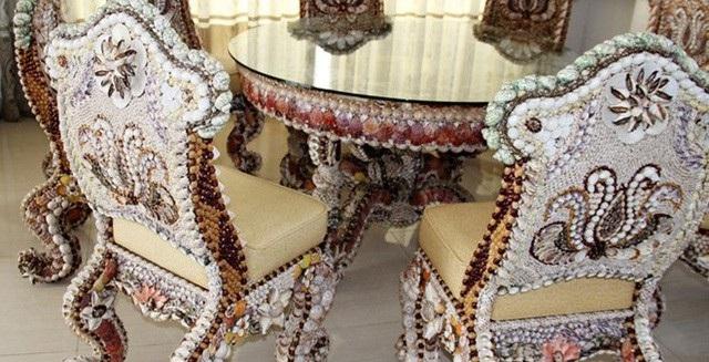 Vỏ các loại ốc ốp vào thân ghế đều được mài nhẵn bóng tạo sự độc đáo, sang trọng cho bộ bàn ghế