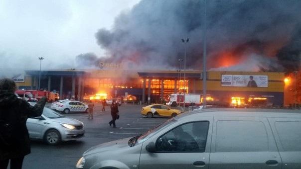 Khu đám cháy xảy ra, trung tâm đang mở cửa. Theo Sputnik, khoảng 800 người, bao gồm các khách hàng và nhân viên trung tâm, đã được sơ tán.