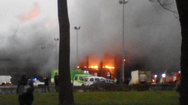 Các hình ảnh về vụ cháy được đăng tải trên mạng xã hội cho thấy lửa nhấn chìm trung tâm thương mại.