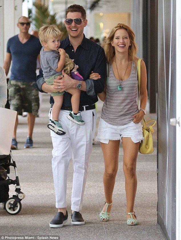 Nam ca sĩ Michael Bublé bên vợ - nữ diễn viên Luisana Lopilato và con trai đầu lòng - Noah. Hiện tại, vợ chồng anh đã có ba người con.