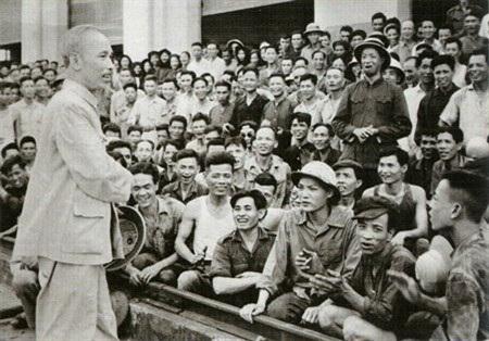 Chủ tịch Hồ Chí Minh nói chuyện với công nhân nhà máy xe lửa Gia Lâm. Ảnh tư liệu.