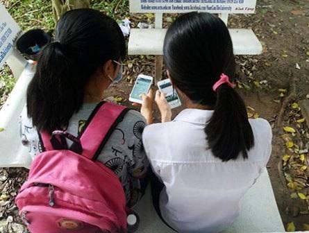 Ngày càng nhiều học sinh dùng mạng xã hội. (Ảnh: An Nhiên)