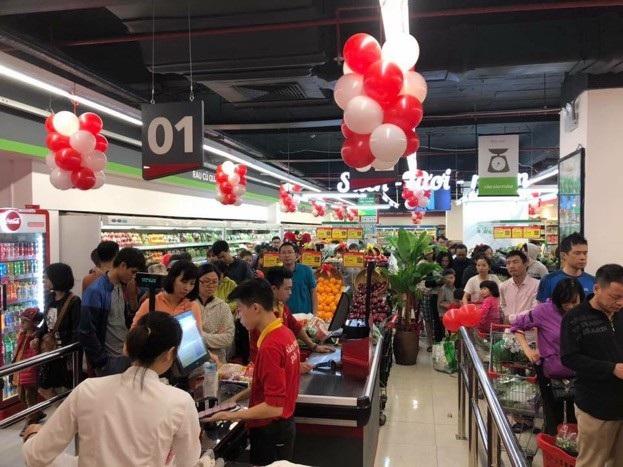 Đông đảo người dân hào hứng tới VinMart mới mua sắm ngay trong ngày đầu khai trương