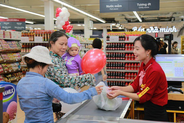 Hầu hết khách hàng tới mua sắm đều thấy bất ngờ và phản hồi tích cực trước sự diện mạo hoàn toàn mới của 23 siêu thị Fivimart trước đây.