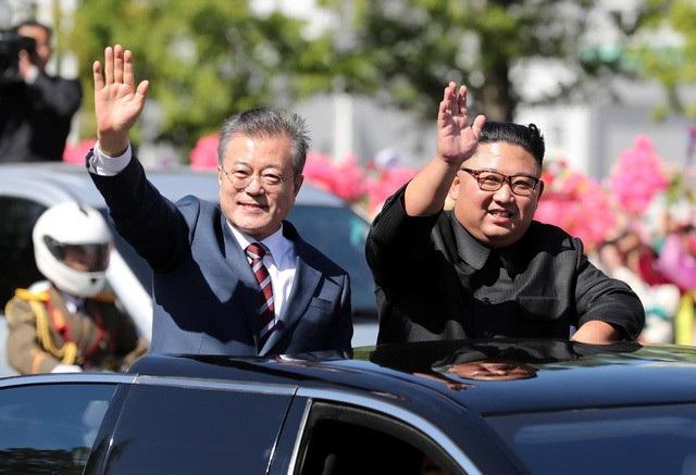 Nhà lãnh đạo Kim Jong-un đón Tổng thống Moon Jae-in tại Triều Tiên hồi tháng 9. (Ảnh: Reuters)