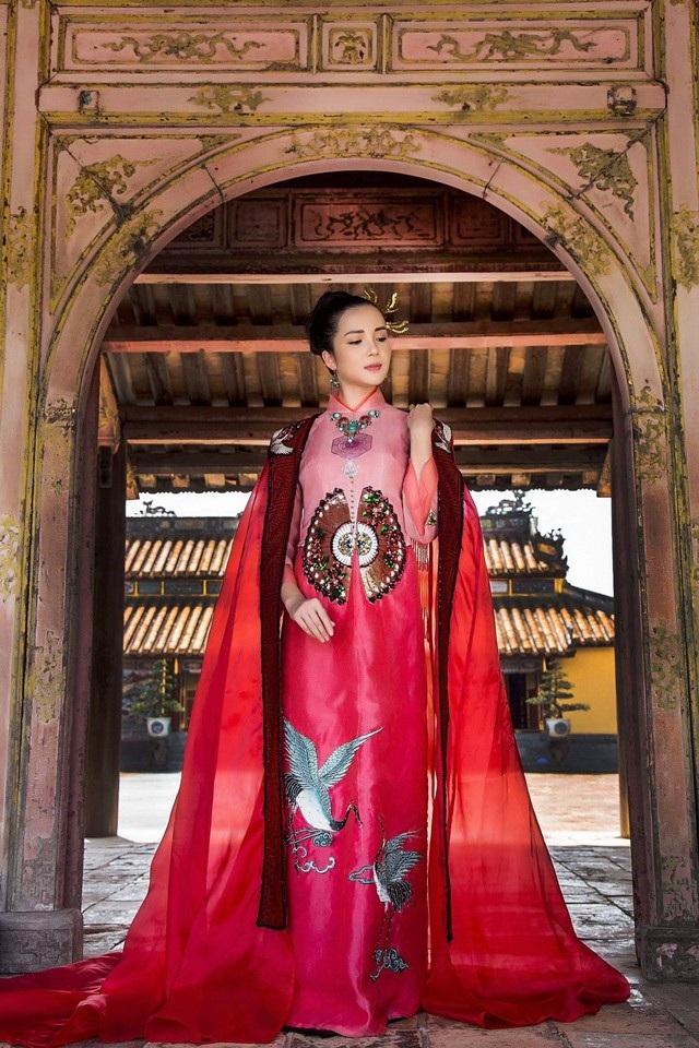 Hoa khôi Huỳnh Thúy Vi dịu dàng trong tà áo dài mang nét cung đình xưa - 5