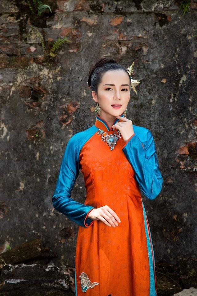 Hoa khôi Huỳnh Thúy Vi dịu dàng trong tà áo dài mang nét cung đình xưa - 9
