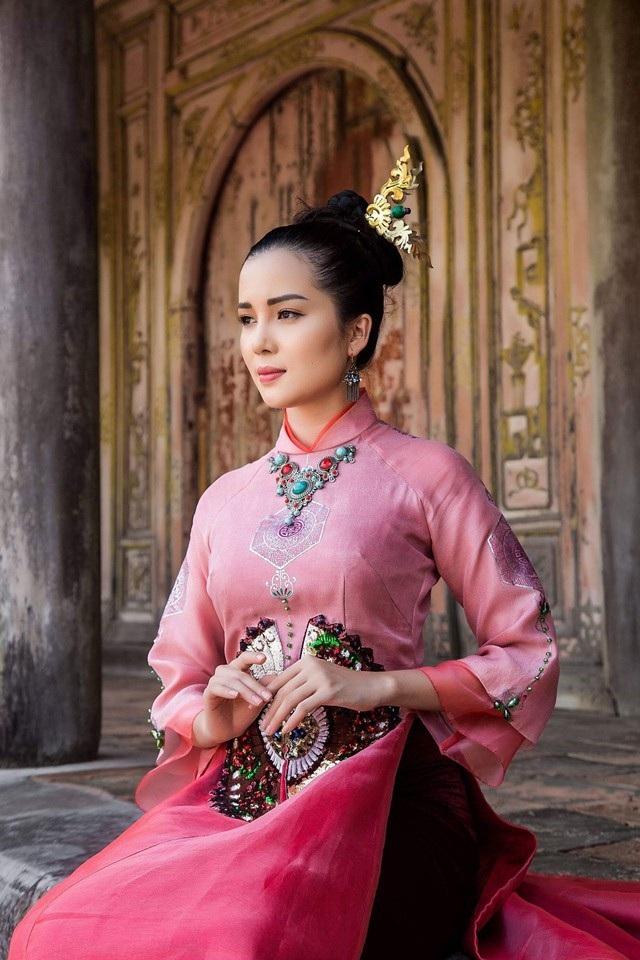 Hoa khôi Huỳnh Thúy Vi dịu dàng trong tà áo dài mang nét cung đình xưa - 1