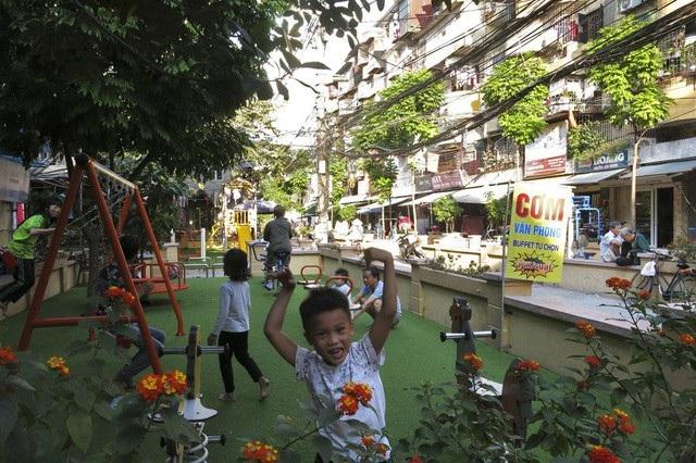 Những không gian cũ kỹ, lộn xộn giữa khối nhà tập thể có tuổi đời nhiều thập kỷ ở Hà Nội bất ngờ thay đổi diện mạo, biến thành những khu vui chơi khang trang cho trẻ nhỏ khiến người dân rất phấn khởi. (Ảnh: Hữu Nghị)