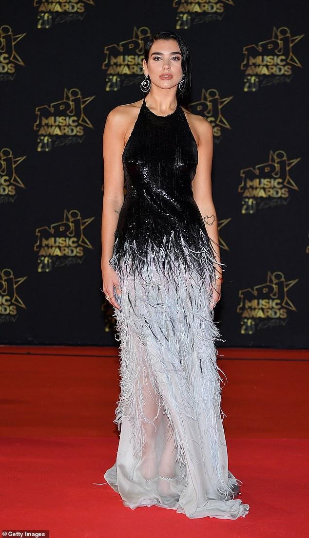 Dua Lipa quyến rũ trên thảm đỏ lễ trao giải NRJ diễn ra ở Cannes, Pháp ngày 10/11 vừa qua