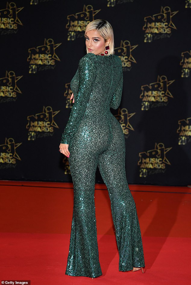 Bebe Rexha gợi cảm với bộ áo liền quần màu xanh