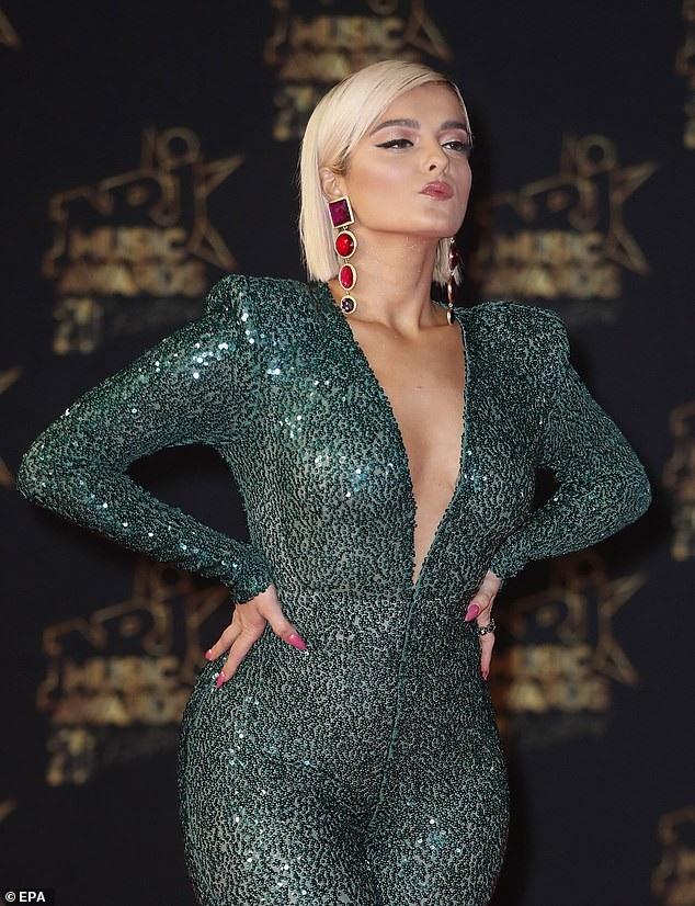 Bebe Rexha kết hợp nữ trang màu đối lập