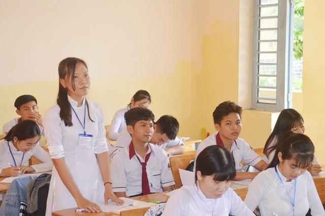 Nữ sinh Lê Hồng Nhẫn trong một giờ học.
