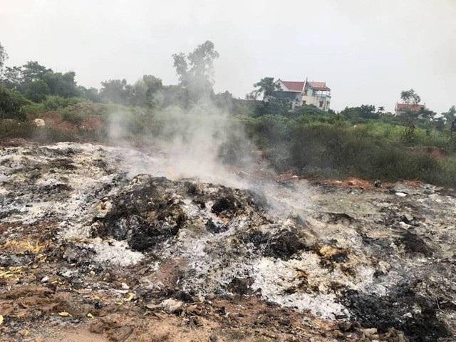 Tình trạng đổ trộm rác thải nguy hại khiến người dân phẫn nộ tại huyện Lạng Giang.