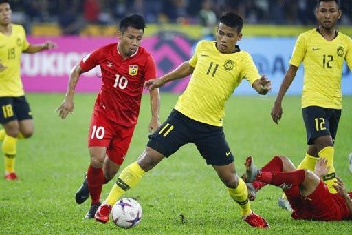 Malaysia (áo vàng) chưa thể hiện được lối chơi ổn định ở AFF Cup sau ba trận