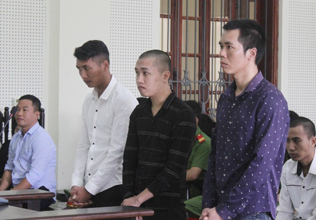 Ba anh em Phạm Văn Cường, Phạm Văn Hồng, Phạm Văn Thông tại phiên tòa.