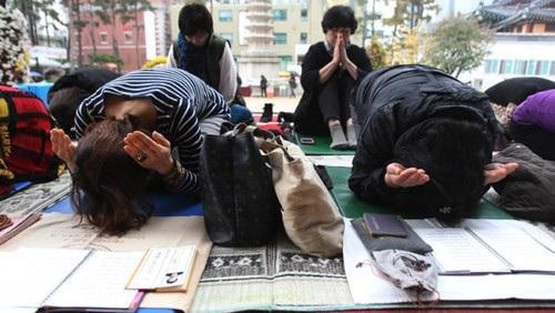 Các bậc phụ huynh Hàn Quốc cầu nguyện cho con thi đỗ đại học.