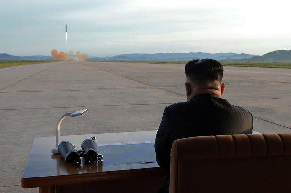 Nhà lãnh đạo Triều Tiên Kim Jong-un thị sát một vụ phóng thử tên lửa năm 2017 (Ảnh: KCNA)