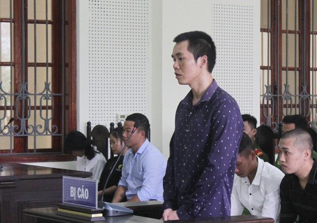 Bị cáo Phạm Văn Cường thuật lại hành vi phạm tội của mình trước tòa án.