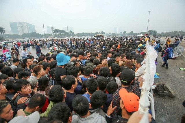 Hàng dài người xếp hàng từ sáng sớm để hy vọng sở hữu tấm vé xem trận đấu