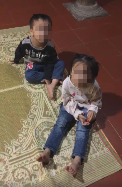 Hai đứa trẻ bị mẹ bỏ lại trên chùa.
