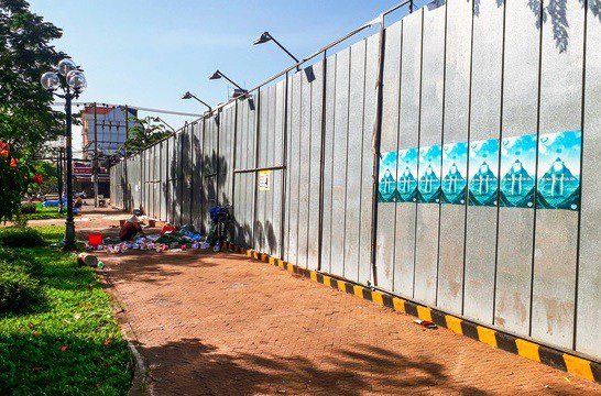 Hiện nay, dự án được vây lại bằng hàng rào tôn và không có người làm việc bên trong