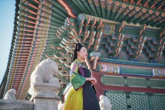 """Việc mặc thử trang phục truyền thống Hàn Quốc là hanbok với lối trang điểm, làm tóc giống người Hàn cũng được xem là một đặc sản. Thế nên chúng tôi mới có những hình ảnh như vậy. Điều đặc biệt hơn là Ngọc Trân đã thử kết hợp trang phục hai nước Việt-Hàn với nhau. Đó là cô mặc áo dài Việt nhưng chọn kiểu làm tóc của người Hàn. Đây là tập phát sóng đề cập đến chủ đề vải vóc, áo lụa quốc phục hai nước"""", đạo diễn nói."""