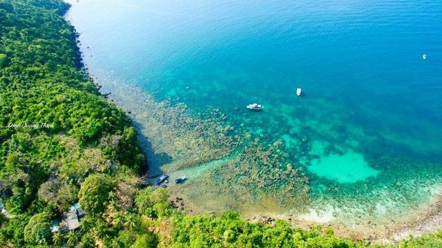 Màu nước biển ở Hòn Gầm Ghì là màu đặc trưng của biển Phú Quốc với sắc xanh ngọc bích. Ảnh: Dinh Quang Thieu