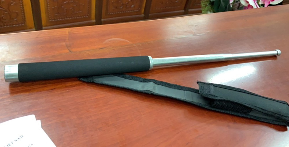 Cây gậy 3 khúc (công cụ hỗ trợ), ông V mang theo bị công an thu giữ