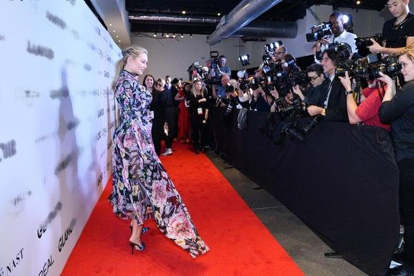 Người đẹp cao 1,75m khoe dáng gợi cảm trong bộ váy hoa rực rỡ
