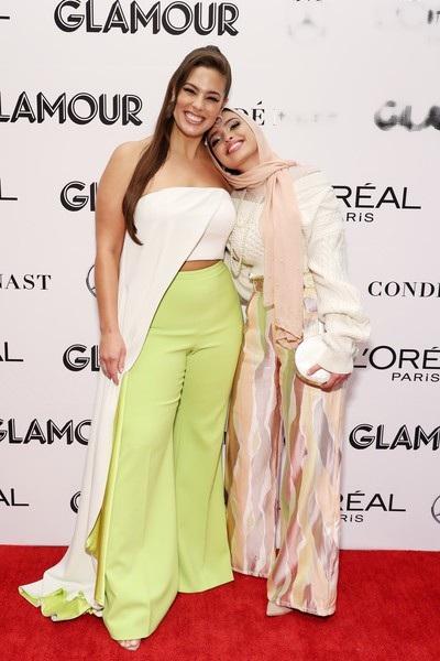 Ashley Graham cũng là người mẫu ngoại cỡ đình đám nước Mỹ, cô từng xuất hiện trên bìa tạp chí áo tắm Sports Illustrated và quảng cáo cho nhiều nhãn hiệu như Elomi, Evans, Hanes, Liz Claiborne, Macys, Nordstrom, Simply Be, Target....