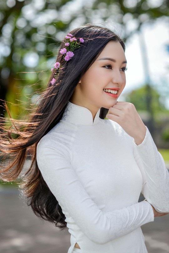 Lê Trần Ngọc Trân - thí sinh đặc biệt của cuộc thi Hoa hậu Việt Nam 2017 vốn được công chúng yêu mến gọi tên Nàng thơ xứ Huế được đạo diễn lựa chọn từ rất nhiều người đẹp, hoa hậu, á hậu của Việt Nam để đảm nhận vai Nàng trong chương trình cùng tên.