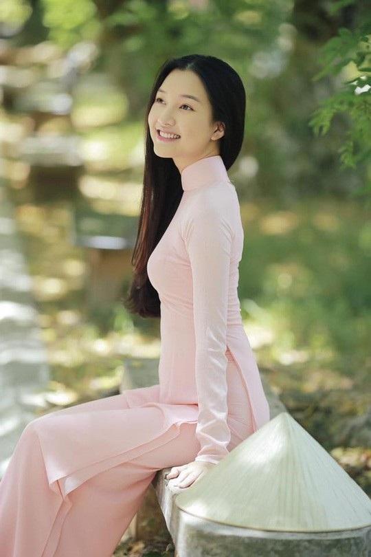 Dù tuổi đời còn trẻ, người đẹp đã điều hành một cửa hàng áo dài truyền thống cung cách Huế, được nhiều tên tuổi trong làng giải trí như Diễm My 6X, Hoàng My... ủng hộ.