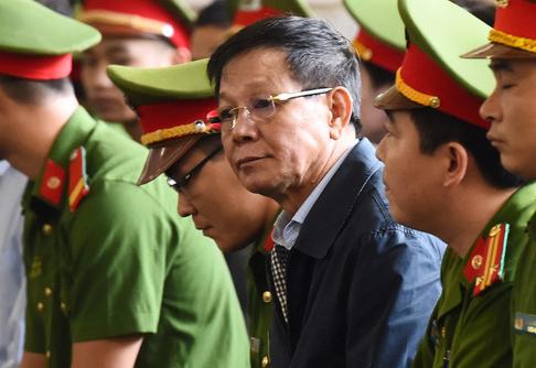 Cựu Trung tướng Phan Văn Vĩnh trong phần khai mạc phiên toà sơ thẩm vụ đường dây đánh bạc nghìn tỷ