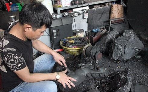 Anh Nguyễn Văn Quyết làm nốt những công đoạn cuối cùng để hoàn thành bức tượng con ngựa bằng than đá.