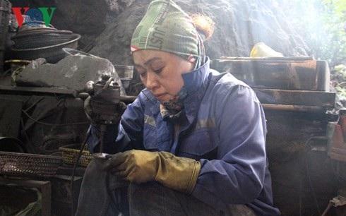 Gương mặt nhem nhuốc cùng đôi bàn tay đen màu bột than đã trở thành đặc điểm nhận dạng của những người thợ điêu khắc than đá mỹ nghệ.