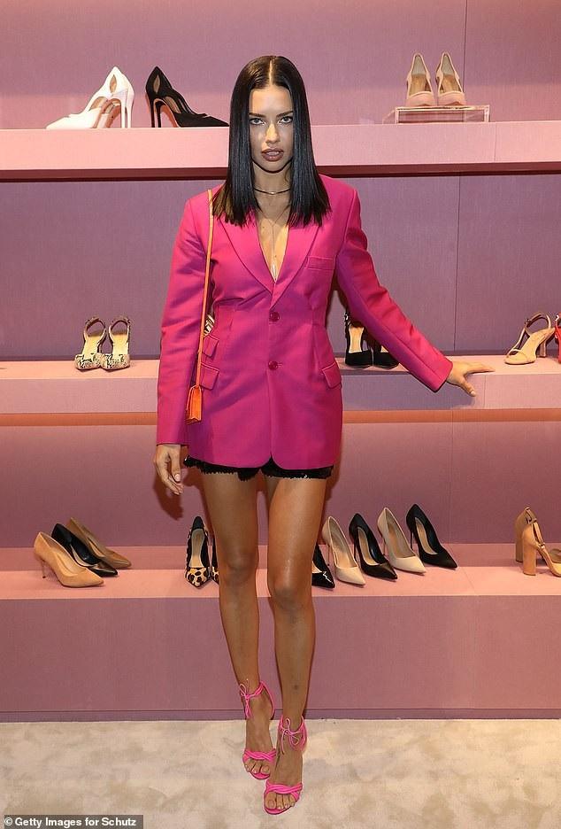 Adriana Lima khoe chân thon dài - 1