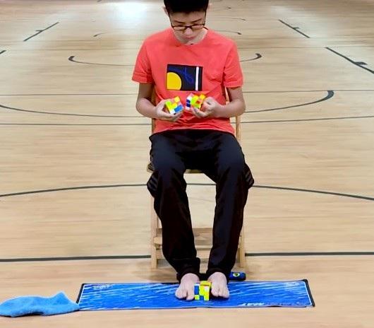 Que Jianyu xếp cùng lúc 3 khối rubik bằng cả tay lẫn chân