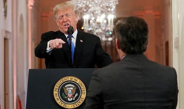 Tổng thống Trump và phóng viên Jim Acosta trong buổi họp báo tại Nhà Trắng ngày 7/11. (Ảnh: Daily Express)