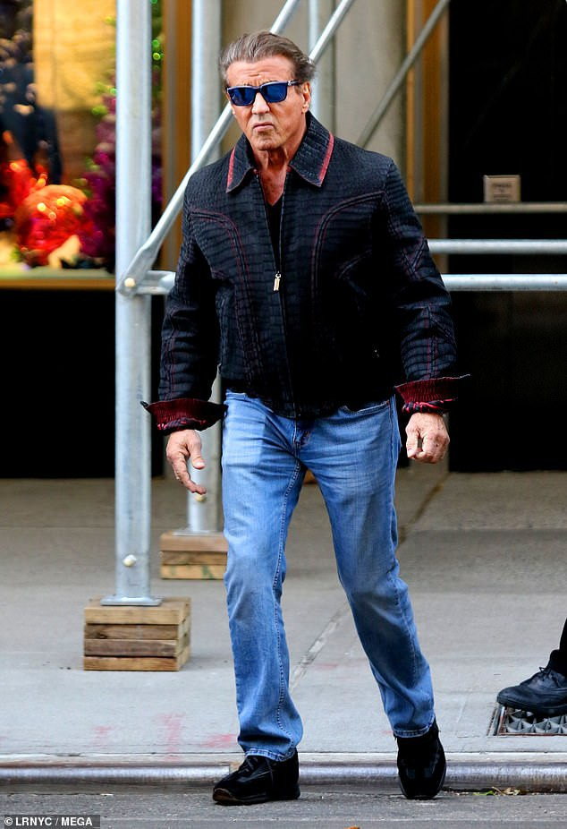 Nam diễn viên 72 tuổi ăn mặc trẻ trung và sành điệu. Trông ông trẻ hơn nhiều so với tuổi thật