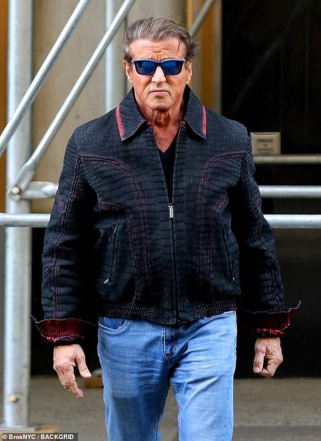 Sylvester Stallone là một trong những ngôi sao nổi tiếng nhất nước Mỹ, ông kết hôn 3 lần có 5 người con trong đó với người vợ kém 22 tuổi hiện tại, nam diễn viên có 3 cô con gái