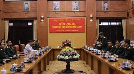 Đại tướng Ngô Xuân Lịch, chủ trì hội nghị bộ trao quyết định về công tác cán bộ.