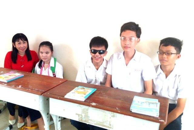 Cô Châu Thị Lụa và các em học sinh khiếm thị.