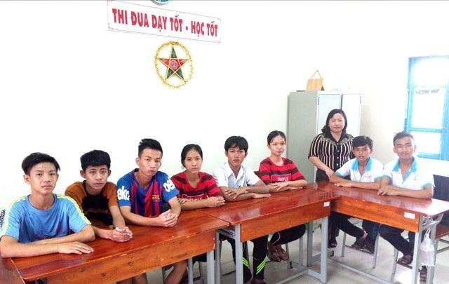 Các em học sinh khiếm thính với cô giáo Nguyễn Thị Thu Vân.