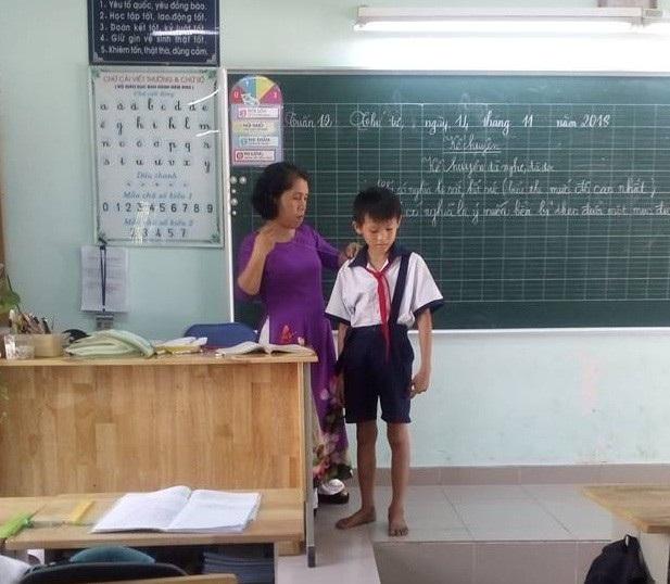 Cô Huỳnh Thị Thanh Phương khâu lại đai áo cho học trò