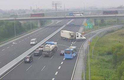 Xe container quay đầu, đi ngược chiều trên cao tốc Hà Nội - Hải Phòng sáng 10/11.