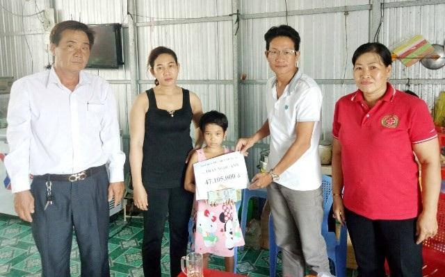 PV Dân trí trao tiền bạn đọc đến gia đình chị Trần Ngọc Ảnh.